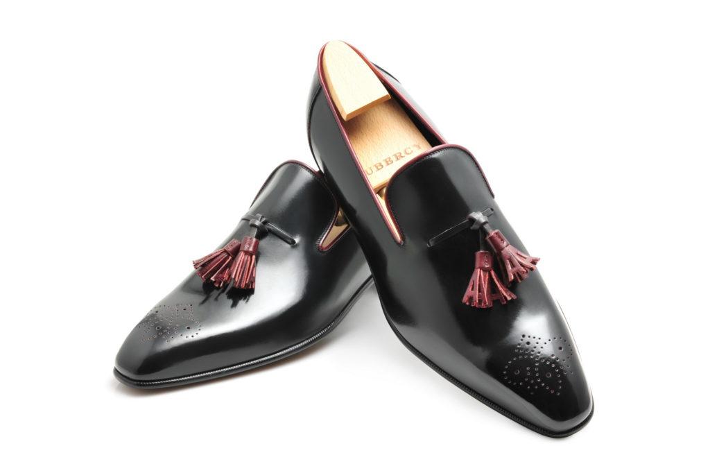Le mocassin loafer Solal en cuir noir et pompons bordeaux