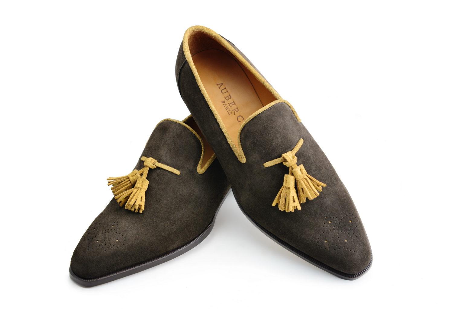 Le mocassin loafer Solal en daim marron et pompons champagne
