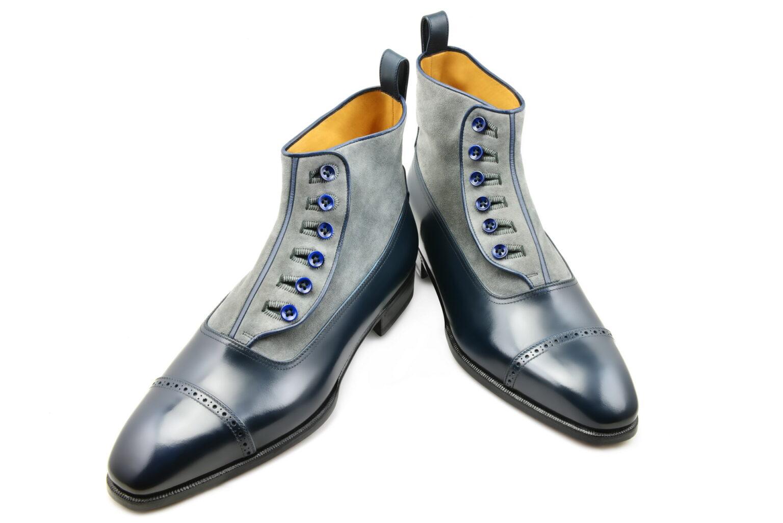 La bottine Lawrence à boutons en bleu de minuit et daim gris clair