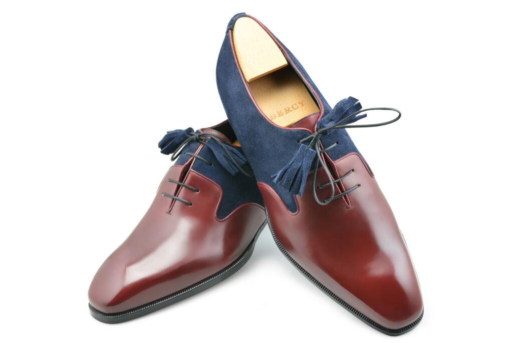 Le richelieu oxford Duncan en bi matière, cuir rouge et daim bleu